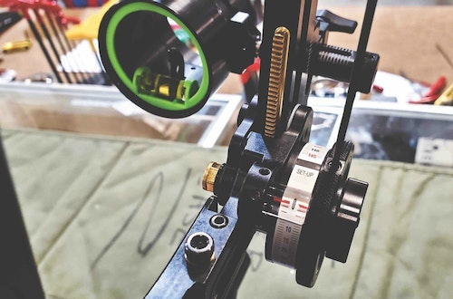 Sight set up is performed by sighting at 20 yards and 60 yards, and then subtracting the two corresponding numbers to select the correct tape.
